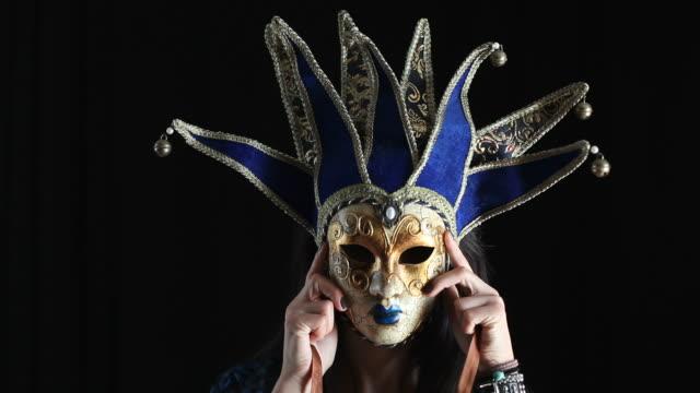 giovane donna di nascondersi dietro a maschera - donna si nasconde video stock e b–roll
