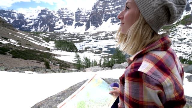 junge frau in den kanadischen rockies wandern schaut karte von berg - eskapismus stock-videos und b-roll-filmmaterial