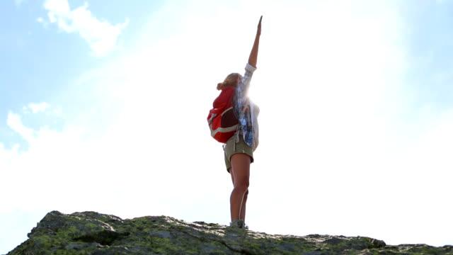 vídeos y material grabado en eventos de stock de joven mujer caminando en el pico de la montaña de éxito y la libertad - brazo humano