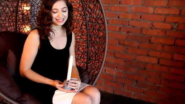 Jeune femme tenant une bougie - Vidéo