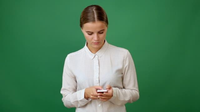 Joven mujer sosteniendo un smartphone - vídeo