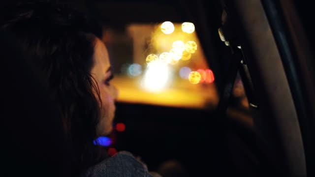 ung kvinna i en bil - endast unga kvinnor bildbanksvideor och videomaterial från bakom kulisserna