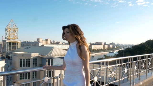 白いスーツの若い女性。 ビデオ