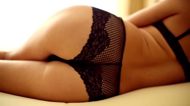 Mujer joven en el dormitorio - vídeo