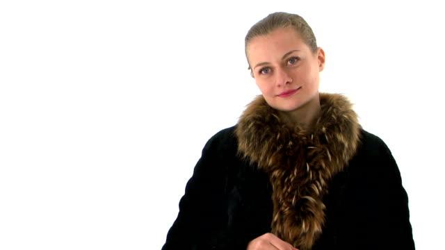молодая женщина в пальто из меха платье пуховые варежки, потиранием руки. - славянская культура стоковые видео и кадры b-roll