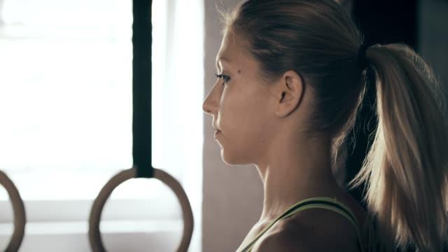 stockvideo's en b-roll-footage met jonge vrouw in sportschool - paardenstaart haar naar achteren