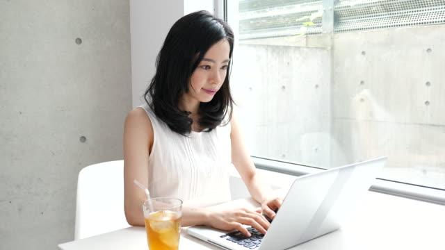 彼女の部屋で、若い女性 - パソコン 日本人点の映像素材/bロール