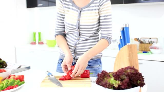 若い女性の野菜キッチン clam sauce ビデオ