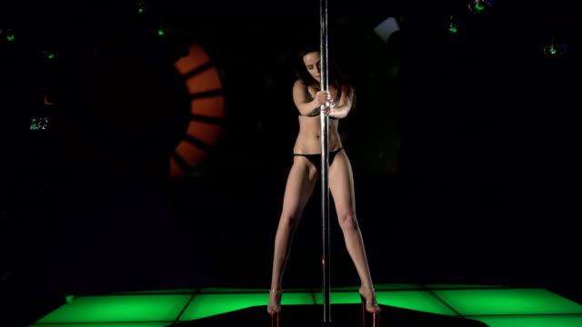 젊은 여성 (섹시한 란제리 수행하는 장대 댄스 온 나이트클럽 조명식 단계 - 성인 전용 스톡 비디오 및 b-롤 화면