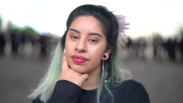молодая женщина в городе портрет - бразилец парду стоковые видео и кадры b-roll
