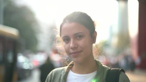 giovane donna nel ritratto della città - people video stock e b–roll