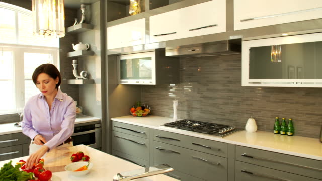 giovane donna in cucina - kitchen situations video stock e b–roll