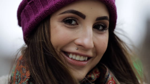 young woman in violet hat and stylish look smiling in a city - giovane nell'animo video stock e b–roll