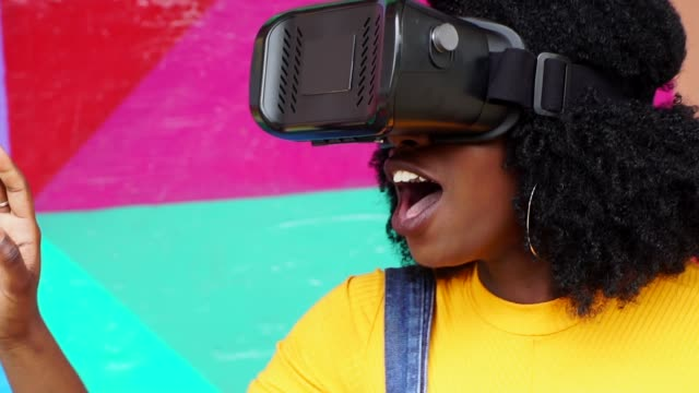 vídeos de stock e filmes b-roll de young woman interacting with vr - cultura jovem