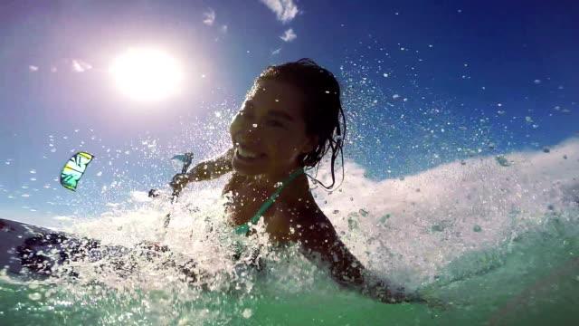 vídeos y material grabado en eventos de stock de mujer joven kitesurfing in ocean, extreme summer sport - caribe