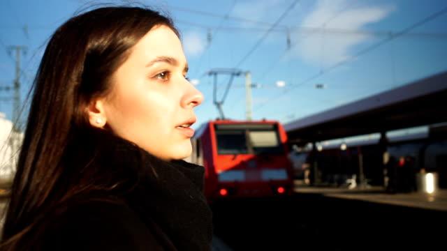 ung kvinna för sent för eltåg, dålig start på arbets dagen, desperat känslor - idrotta bildbanksvideor och videomaterial från bakom kulisserna