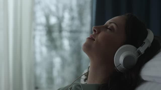 一個年輕的女人,聽聽音樂 - 鬆弛 個影片檔及 b 捲影像