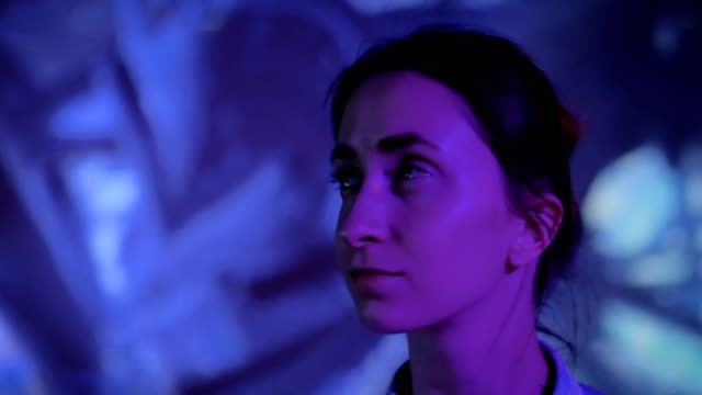 現代の没入型展を見回す若い女性 - 展示点の映像素材/bロール