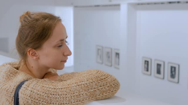 モダンなフォト ギャラリーで見て回って若い女性 - 展示点の映像素材/bロール