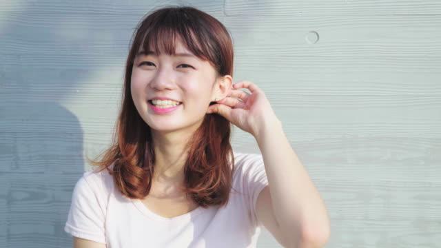 ung kvinna tittar på kameran - endast unga kvinnor bildbanksvideor och videomaterial från bakom kulisserna