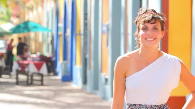 молодая женщина смотрит вверх и улыбается - аксессуар для волос стоковые видео и кадры b-roll