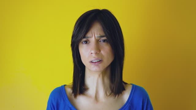 vídeos de stock e filmes b-roll de young woman making a grimace - cheiro desagradável
