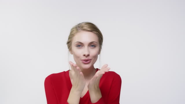 ung kvinna att göra hjärta form och blåser kyss - blåsa en kyss bildbanksvideor och videomaterial från bakom kulisserna