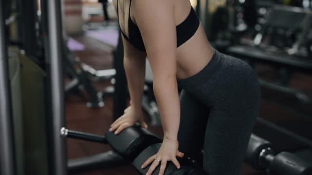 vídeos de stock, filmes e b-roll de mulher nova que faz o exercício da hiperextensão na ginástica - comodidades para lazer