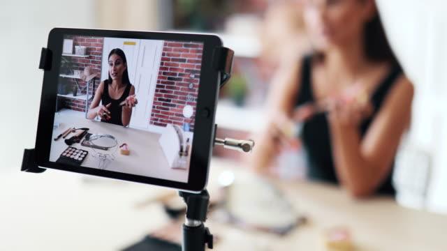 stockvideo's en b-roll-footage met jonge vrouw maken make-up tutorial - youtube