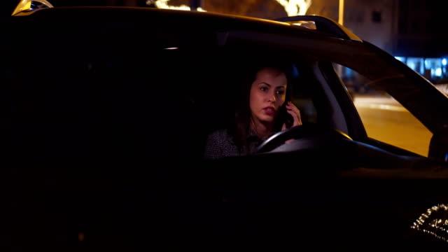 Junge Frau im Auto Anruf tätigen – Video
