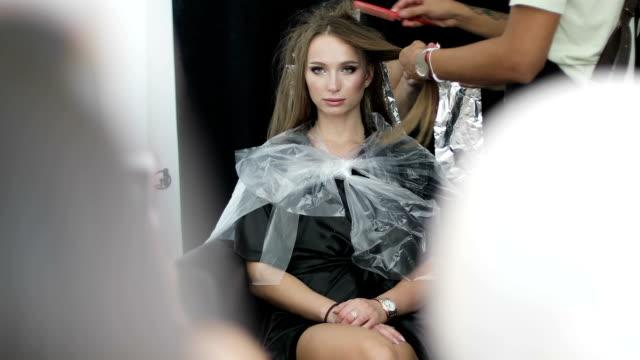 junge frau modell auf der meisterklasse für balayage haare färben. - haartönung stock-videos und b-roll-filmmaterial
