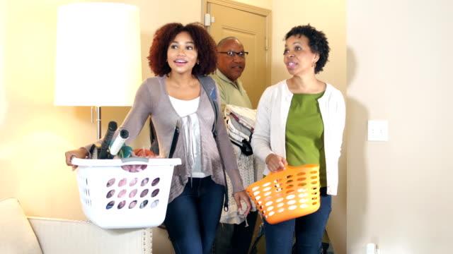 vídeos de stock, filmes e b-roll de mulher jovem, movendo-se para a nova casa, os pais ajudando - atividade física