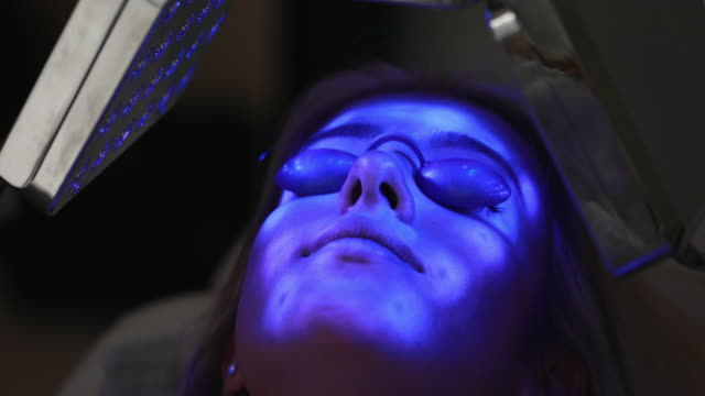 stockvideo's en b-roll-footage met jonge vrouw op een anti het verouderen behandeling bij een spa - gebruind