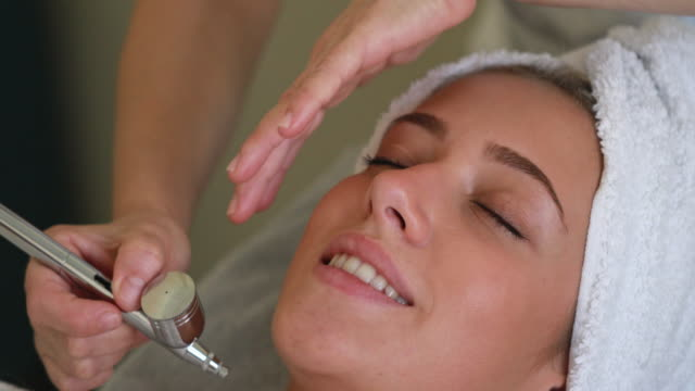 微小皮膚摩耗治療の若い女性 ビデオ
