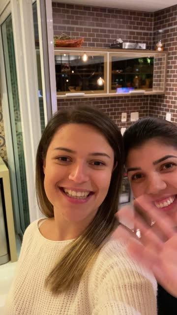 vidéos et rushes de jeune femme sur un appel vidéo pendant la réunion d'amis à l'heure du dîner - prise avec un appareil mobile
