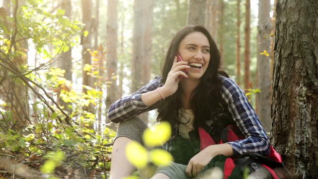 森で電話の若い女性 - 電話を使う点の映像素材/bロール