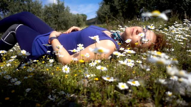 молодая женщина на белые цветы дейзи - white background стоковые видео и кадры b-roll
