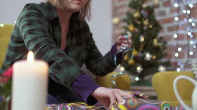 stockvideo's en b-roll-footage met jonge vrouw verpakking kerstcadeau - ingepakt