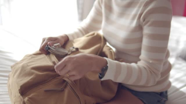vídeos de stock e filmes b-roll de young woman packing suitcase - mochila saco