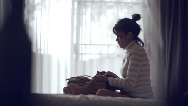 若い女性梱包スーツケース - 荷造り点の映像素材/bロール