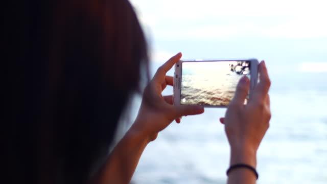 vidéos et rushes de jeune femme photos vue sur l'océan - photophone