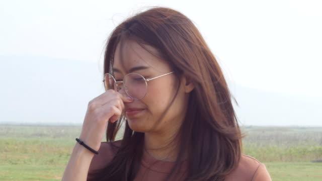 Ung kvinna nypa näsan och hålla andan på grund av obehaglig äcklig lukt video
