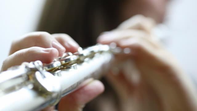 vídeos de stock e filmes b-roll de jovem mulher jogar flauta - instrumento musical