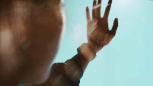 若い女性は太陽光線で遊んでいます。 - 指点の映像素材/bロール