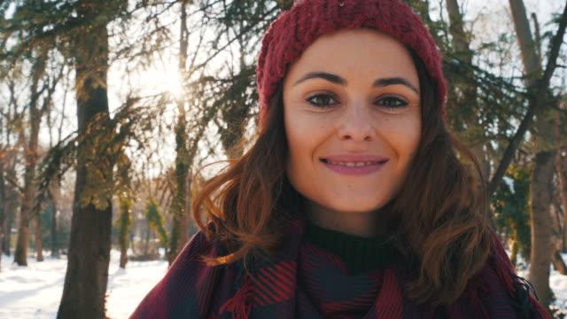 vídeos de stock, filmes e b-roll de retrato de mulher jovem no tempo de inverno. - moda de inverno