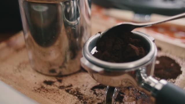 ung kvinna pressar kaffe med handen. - brun beskrivande färg bildbanksvideor och videomaterial från bakom kulisserna
