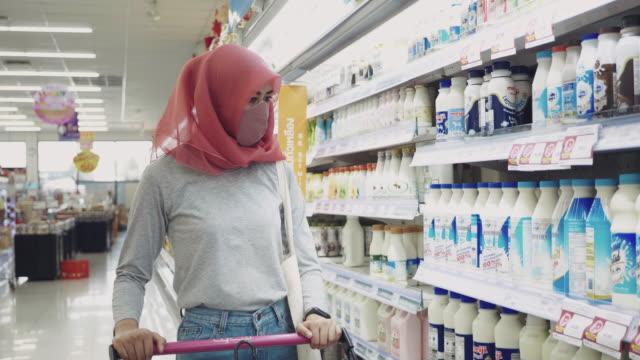 stockvideo's en b-roll-footage met de jonge vrouw beschermt tegen covid-19 met beschermende gezichtsmaskers, luchtvervuiling en anti-virusconcept - aziatische etniciteit