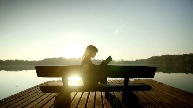 여자 독서모드 템즈 레이브 - reading 스톡 비디오 및 b-롤 화면