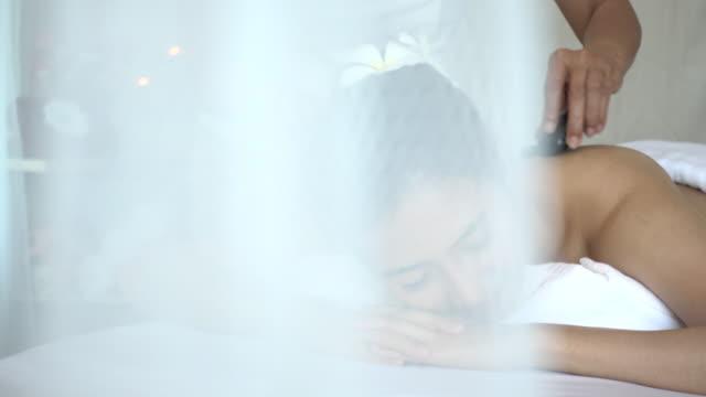 Junge Frau empfangende Rücken massage und hot Stone Wellness – Video