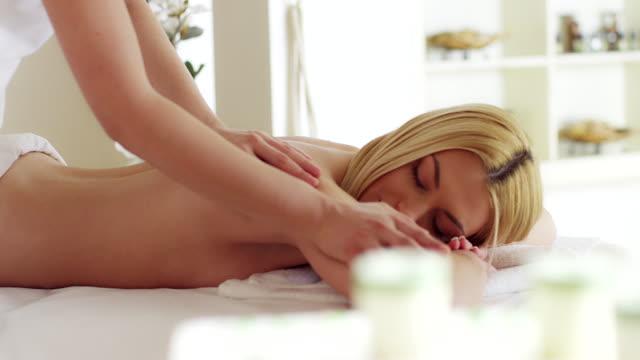 Jeune femme à recevoir un massage du dos - Vidéo